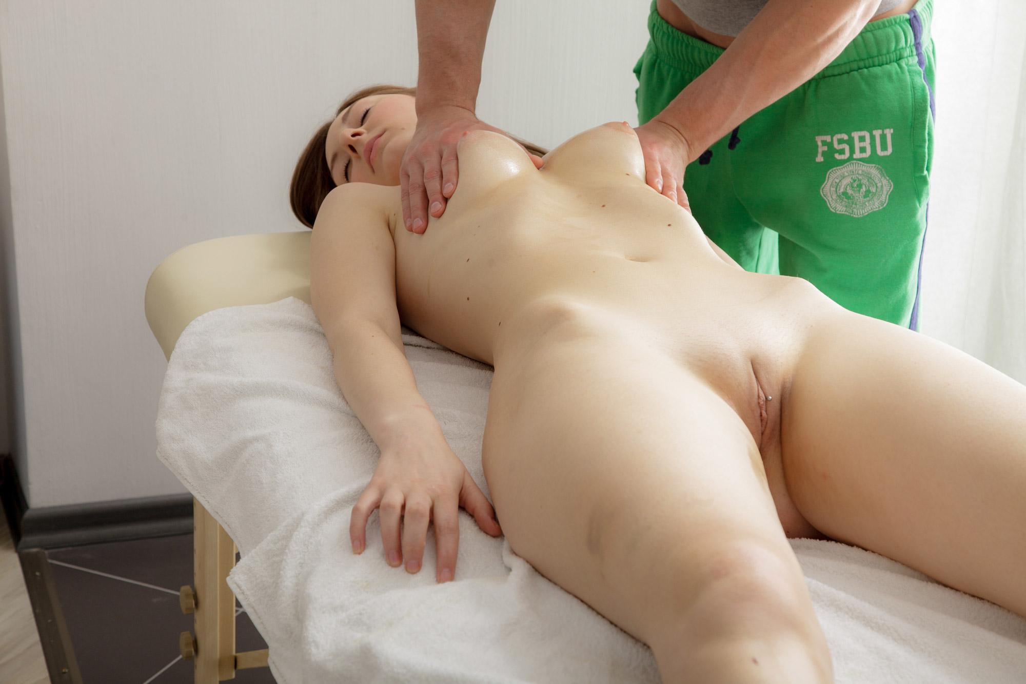 Massage therapist seduces hot girl