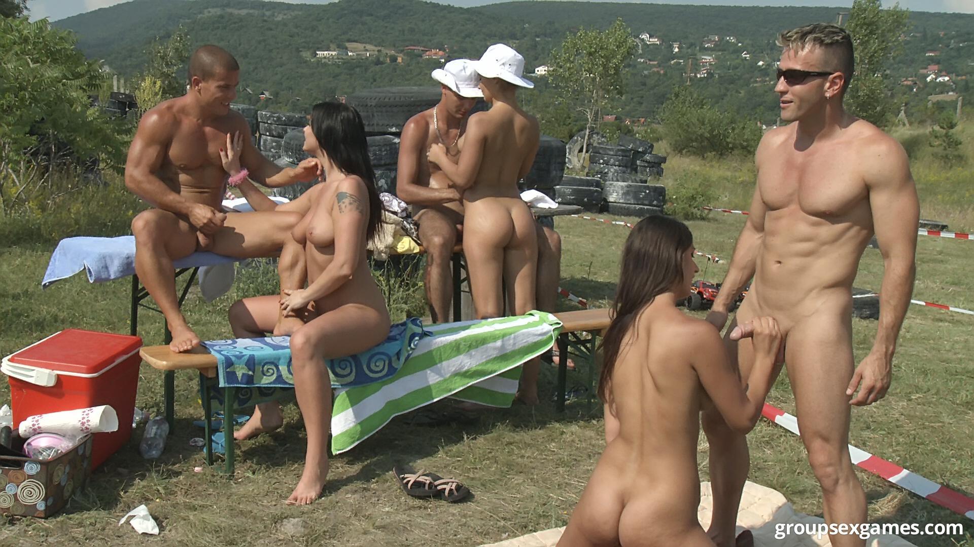 Камера на пляже нудистов снимает женщину с красивой голой ...